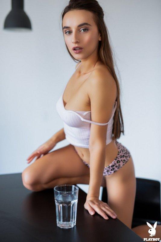 Сексапильная молодая жена раздевается дома на столе - фото
