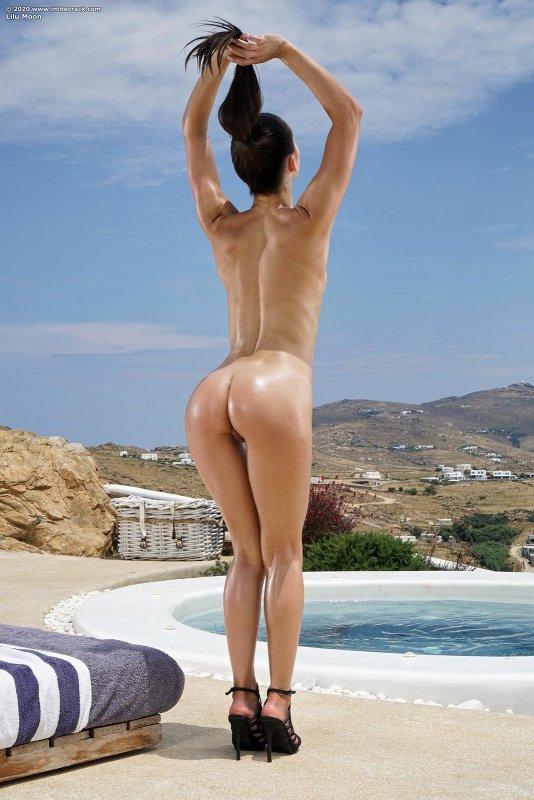 Высокая девушка раздевшись облила маслом промежность - фото