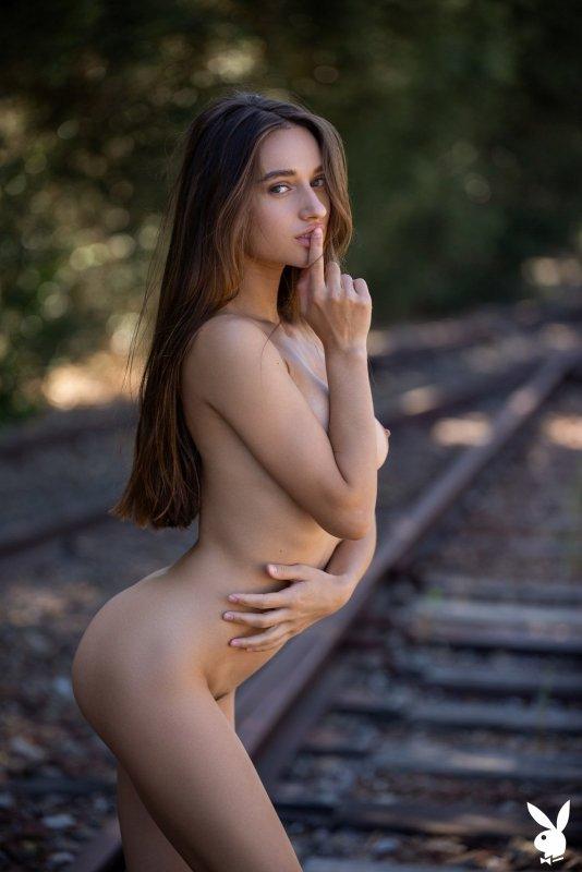 Девушка с красивыми ягодицами на рельсах - фото
