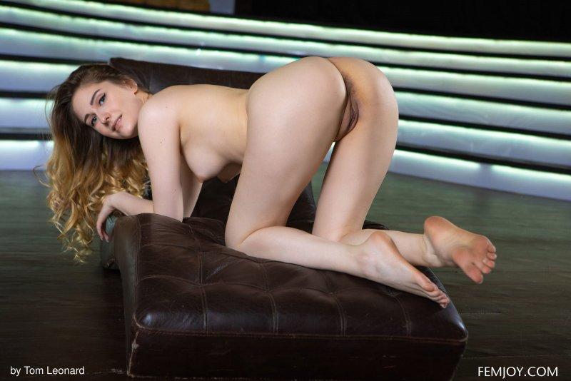 Фигуристая красотка с голыми прелестями - фото