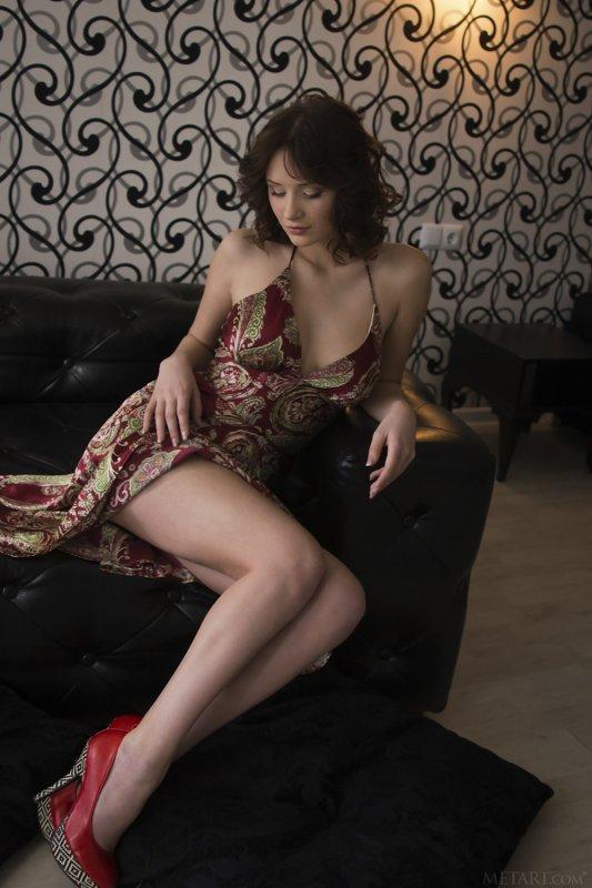 Брюнетка в платье оголила красивую грудь - фото