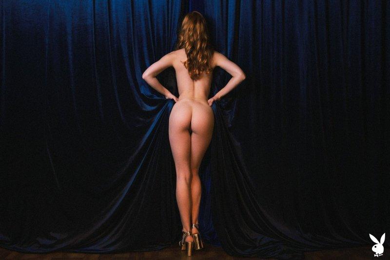 Сексуальная модель  с волосатой киской - фото