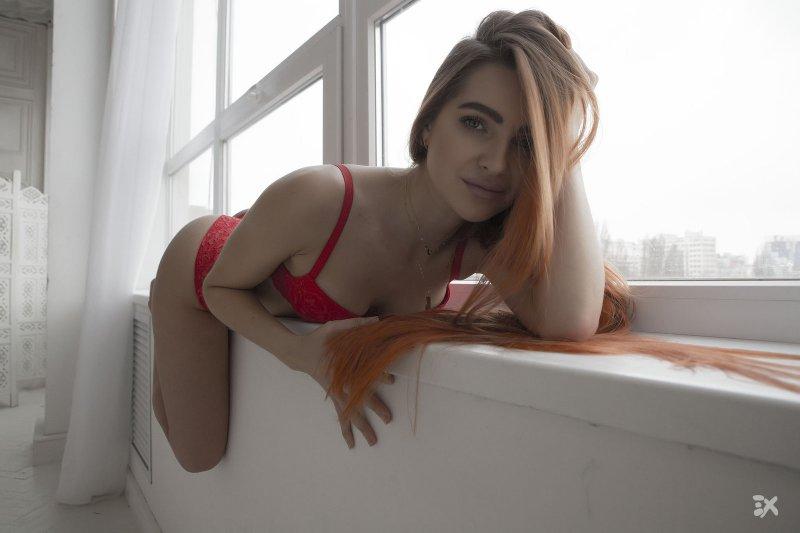 Рыжая девка в красных трусах - фото