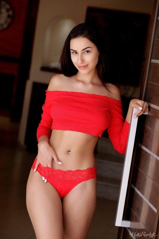 Красивая брюнетка в красных трусиках - фото