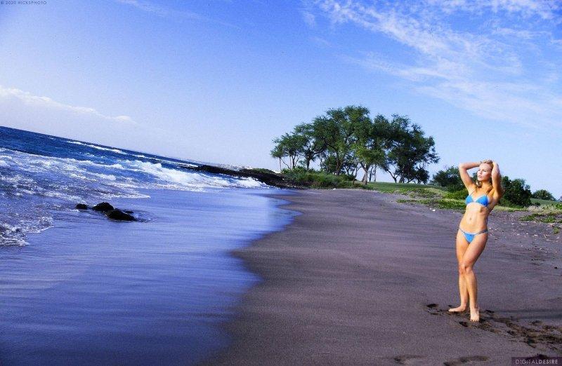 Сногсшибательная блондинка шалит на пляже - фото