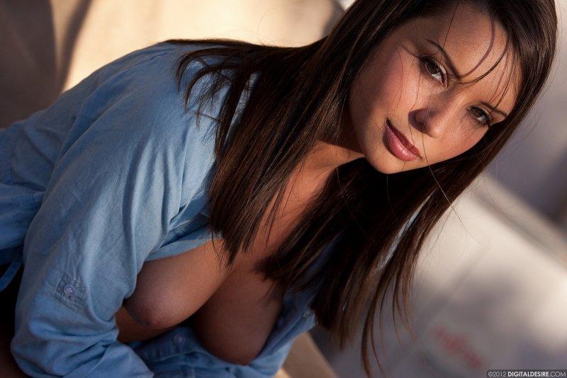 Девушка в рубашке и стрингах - фото