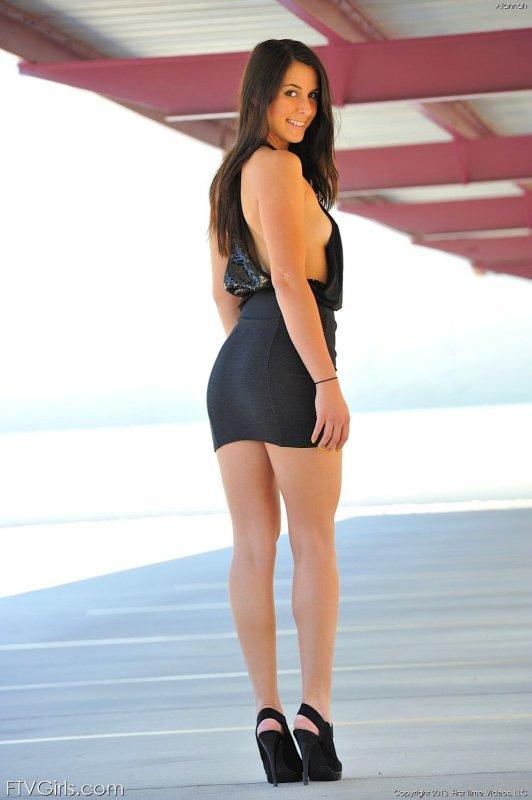 Девушка без трусиков задрала короткую юбку - фото