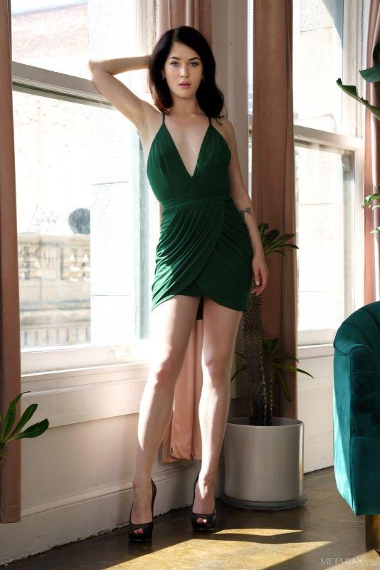 Брюнетка с плоской грудью скинула платье - фото