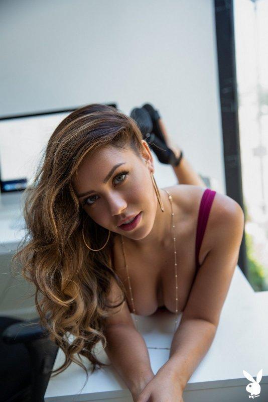 Красивая модель с пышной жопой - фото