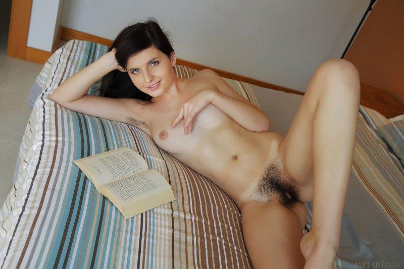 Брюнетка с волосатой писькой и подмышками - фото