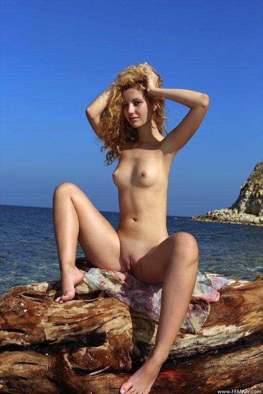 Молодая девица забавляется в отпуске - фото