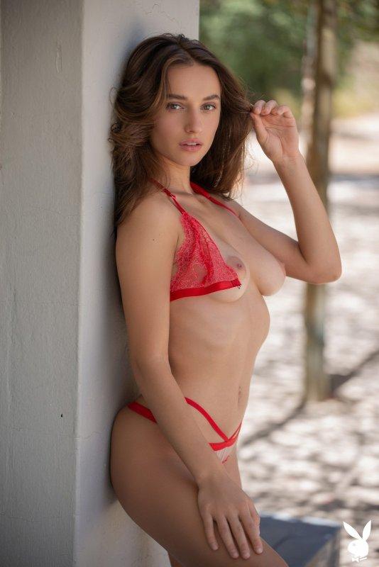 Сексуальная красотка в красном белье - фото