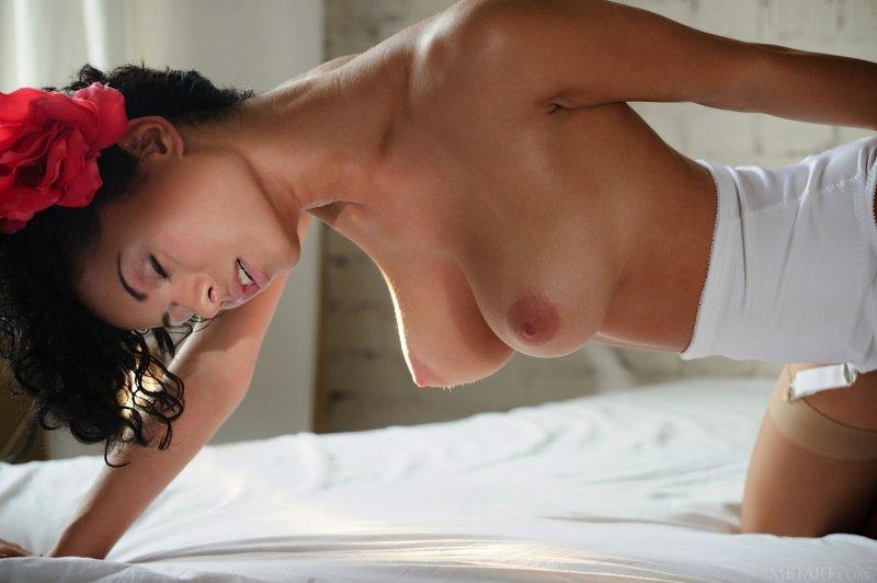 Кучерявая девушка с большим бюстом - фото
