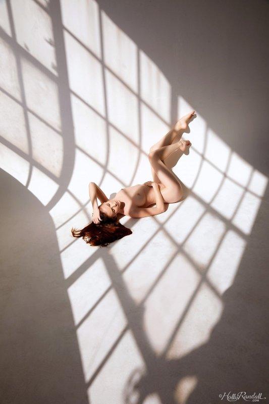 Голая девушка проявляет чудеса гибкости - фото