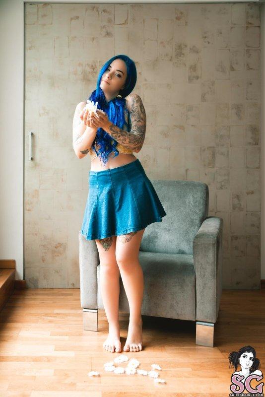 Неформалка с синими волосами в неглиже - фото