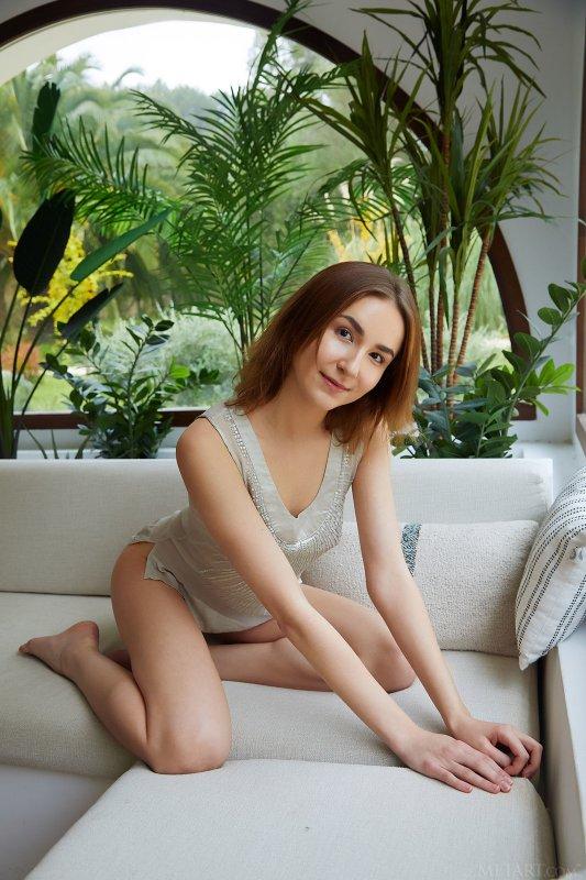 Стройная девка с длинными ножками - фото