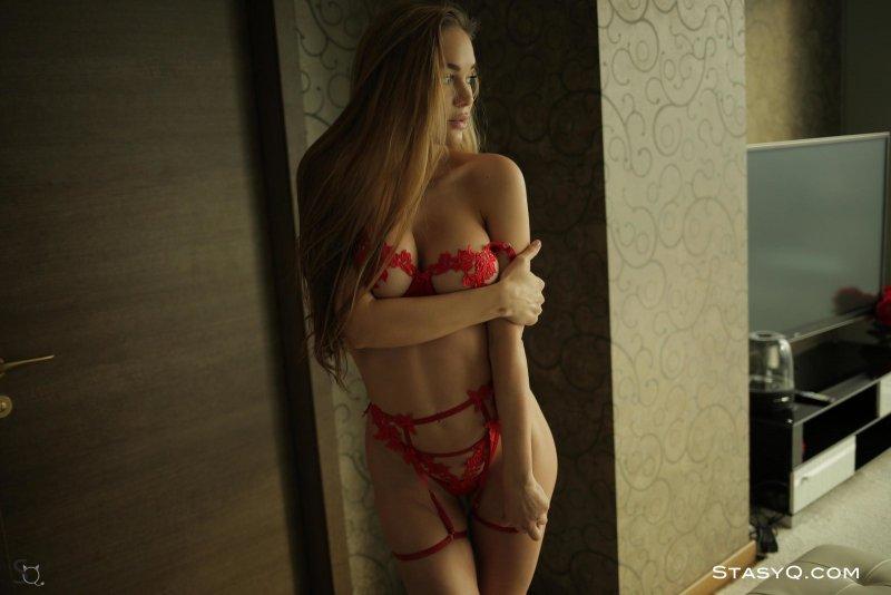 Красивая модель в красном белье - фото