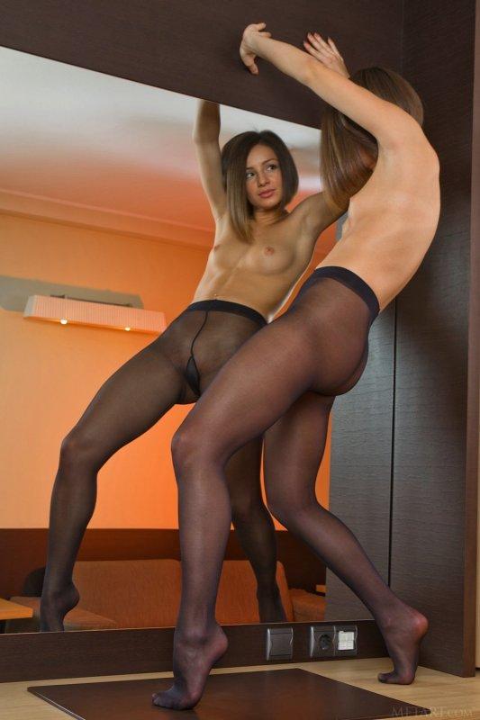 Девица с упругой жопой в колготках на голое тело - фото