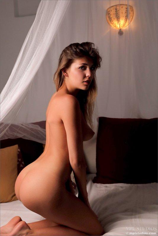 Жопастая девушка в ночнушке на кровати - фото