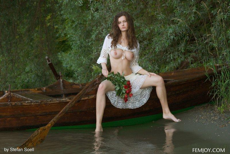Обнажённая модель с крупной грудью  - фото