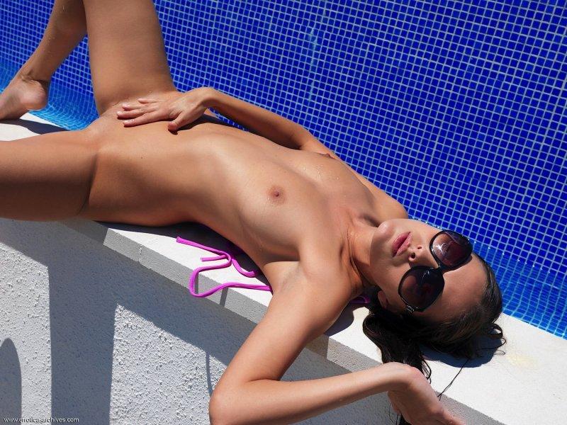 Обнажённая девка в солнцезащитных очках - фото