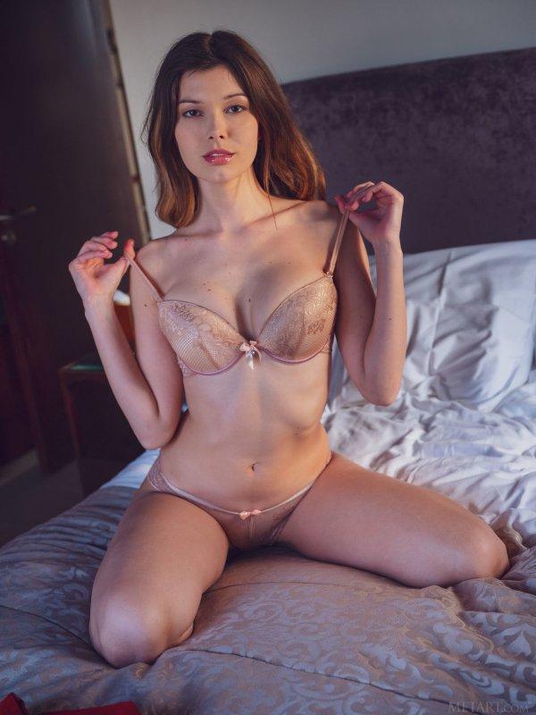 Красивая девушка с шикарными сиськами - фото