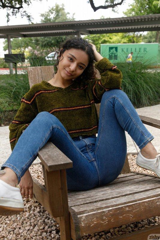 Молодая индуска в трусиках сняла джинсы - фото