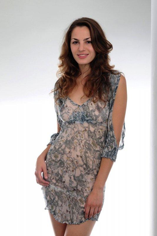 Голая девушка в прозрачном платье - фото
