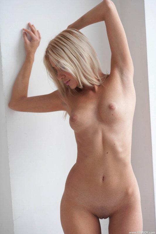Сладкая блондинка с шикарным телом - фото