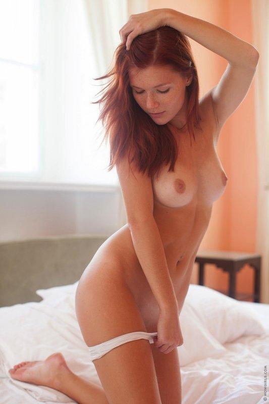 Рыжая девка кувыркается  - фото