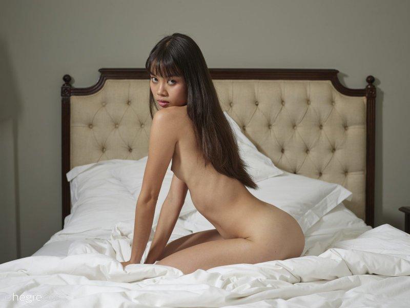 Азиатка с маленькой грудью на кровати - фото