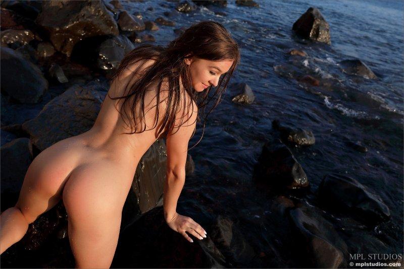 Девушка в мокрой майке  - фото