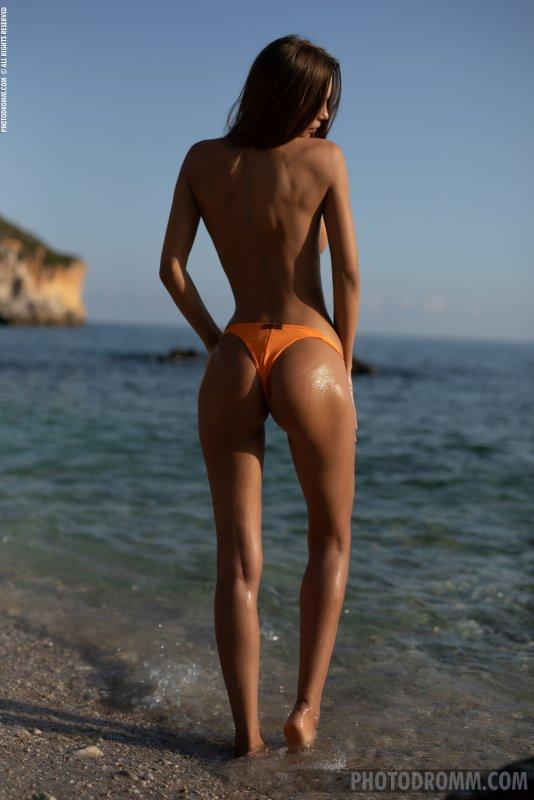 Грудастая модель отдыхает у моря - фото
