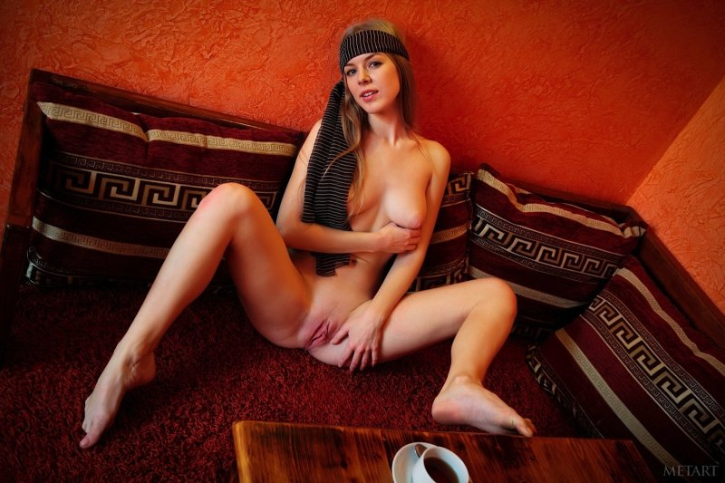 Сексуальная девушка показала письку в кафе - фото