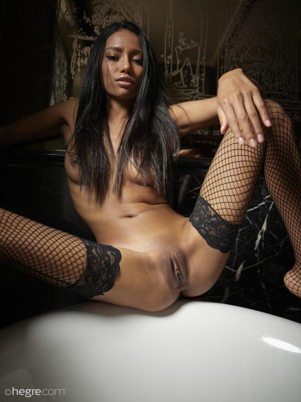Худая темнокожая девушка в чулках - фото