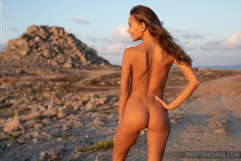 Обнажённая красавица в пустыне - фото