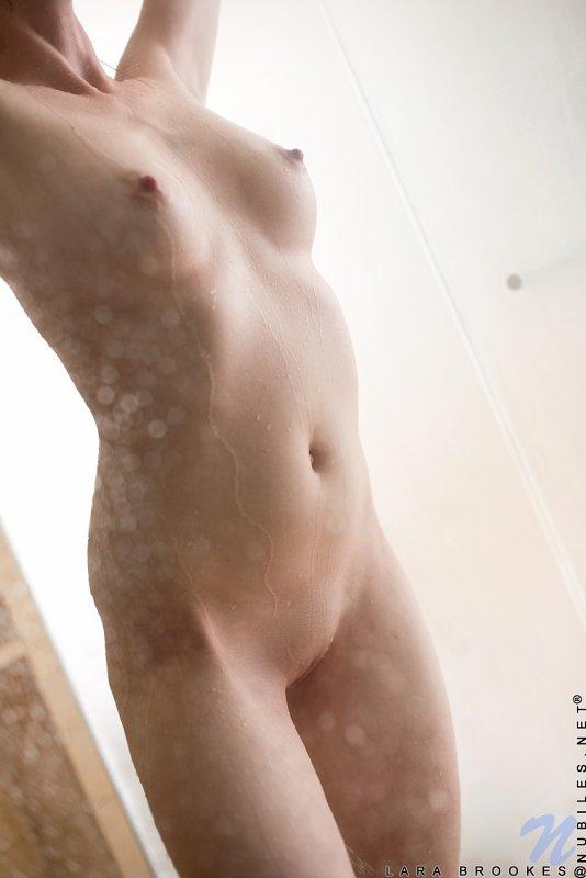Сексуальная голая девушка моется в душе - фото
