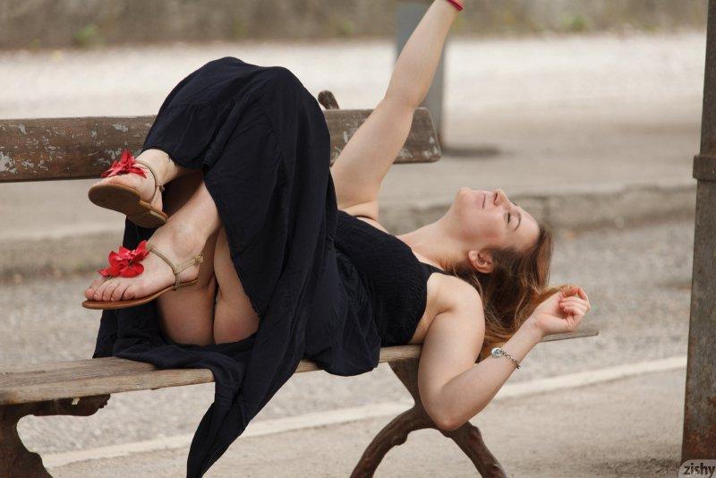 Дамочка с широкими бедрами на улице - фото