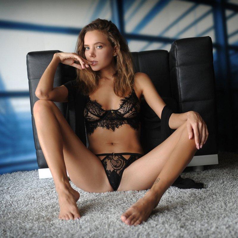 Сладкая девушка в кружевном белье на ковре - фото
