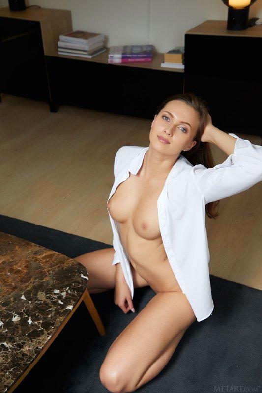 Любовница в рубашке на голое тело - фото