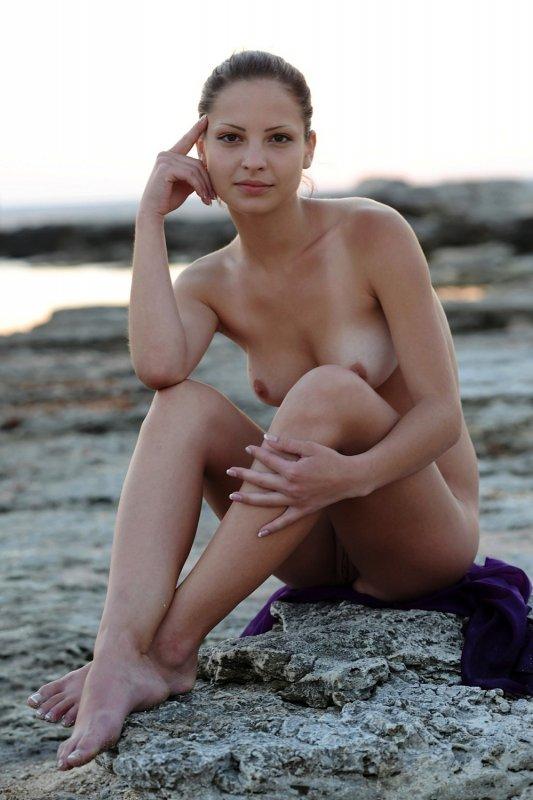 Обнажённая девица резвится на море - фото