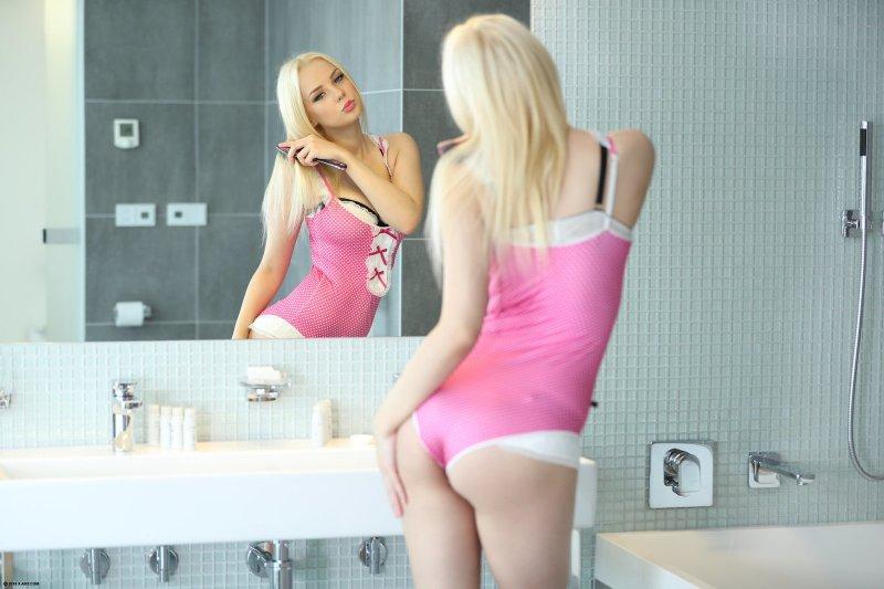 Блондинка позирует  - фото