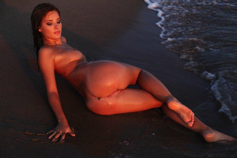 Девушка с красивой упругой попкой в море - фото
