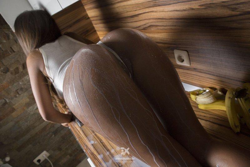 Сексуальная негритянка в трусах облила жопу молоком - фото