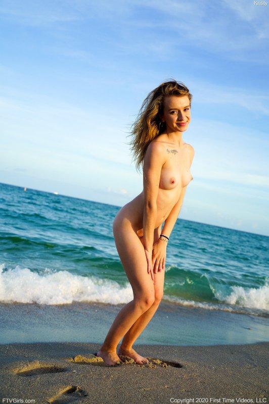 Тощая девушка разделась на пляже - фото