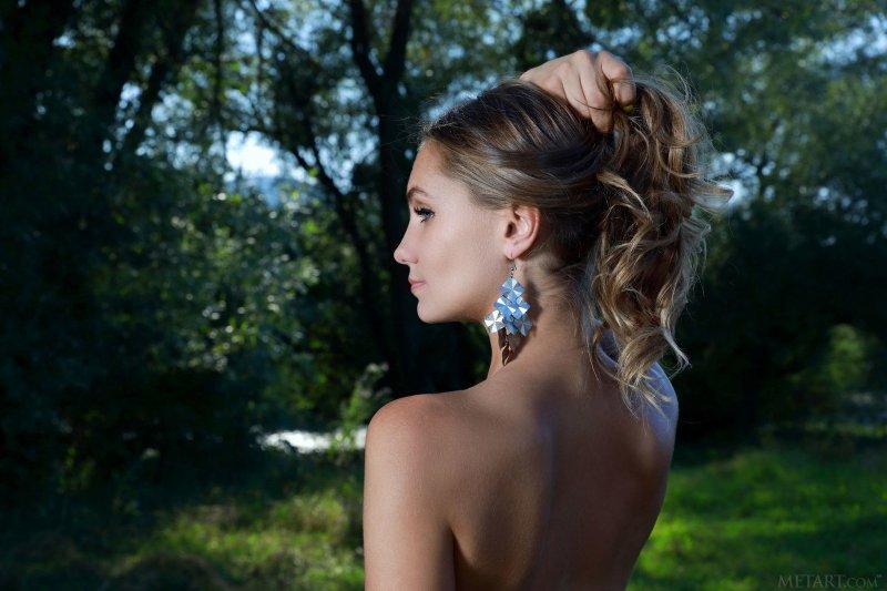 Девушка в леопардовых лосинах  - фото