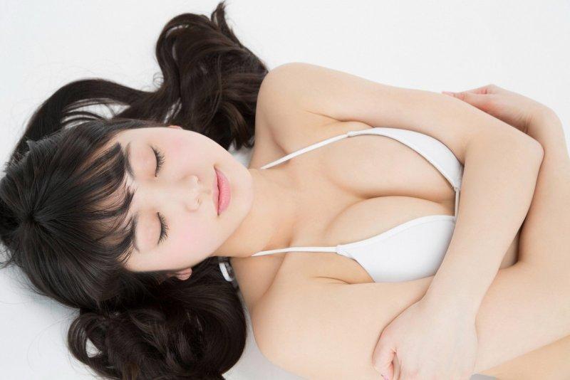 Азиатка в эротичном наряде и белом белье - фото