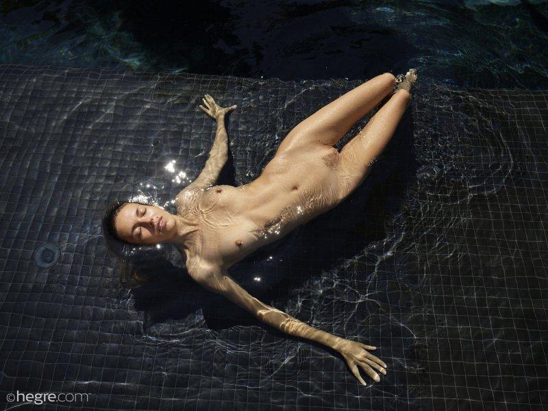 Голая шпала купается в бассейне - фото