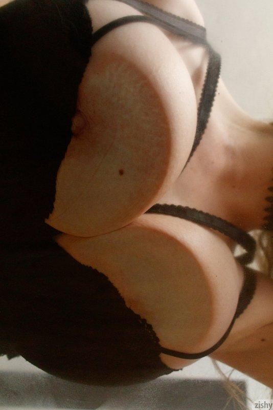 Дерзкая сексуальная сучка в боди - фото