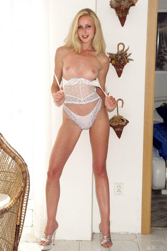 Блондинка с длинными ногами и розовой киской - фото